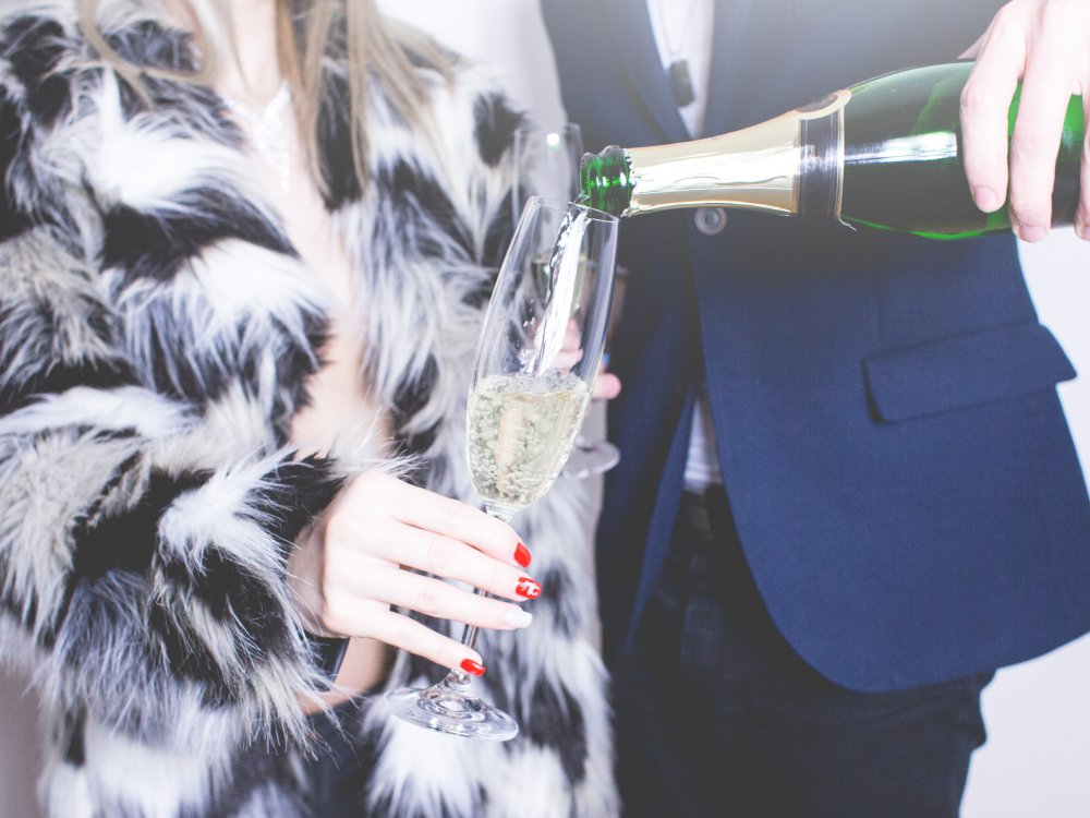 man pouring glass of champagne picjumbo com - 第一次约会时绝对不该问她的8道问题!