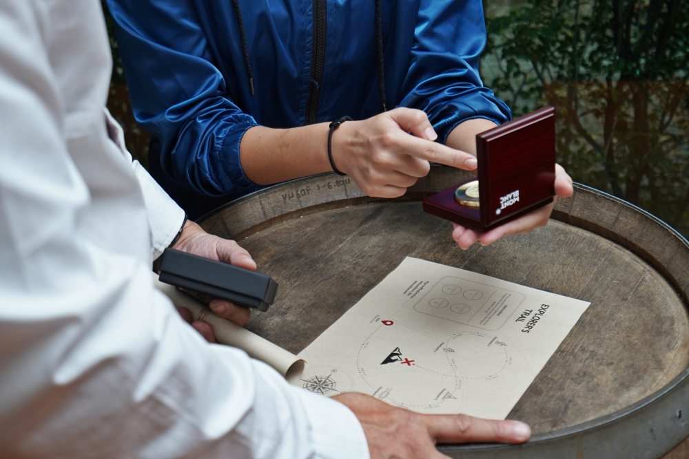 Skilled facilitators assisted guests in navigating with the compass - Montblanc 1858 Collection 源自山岳探险精神