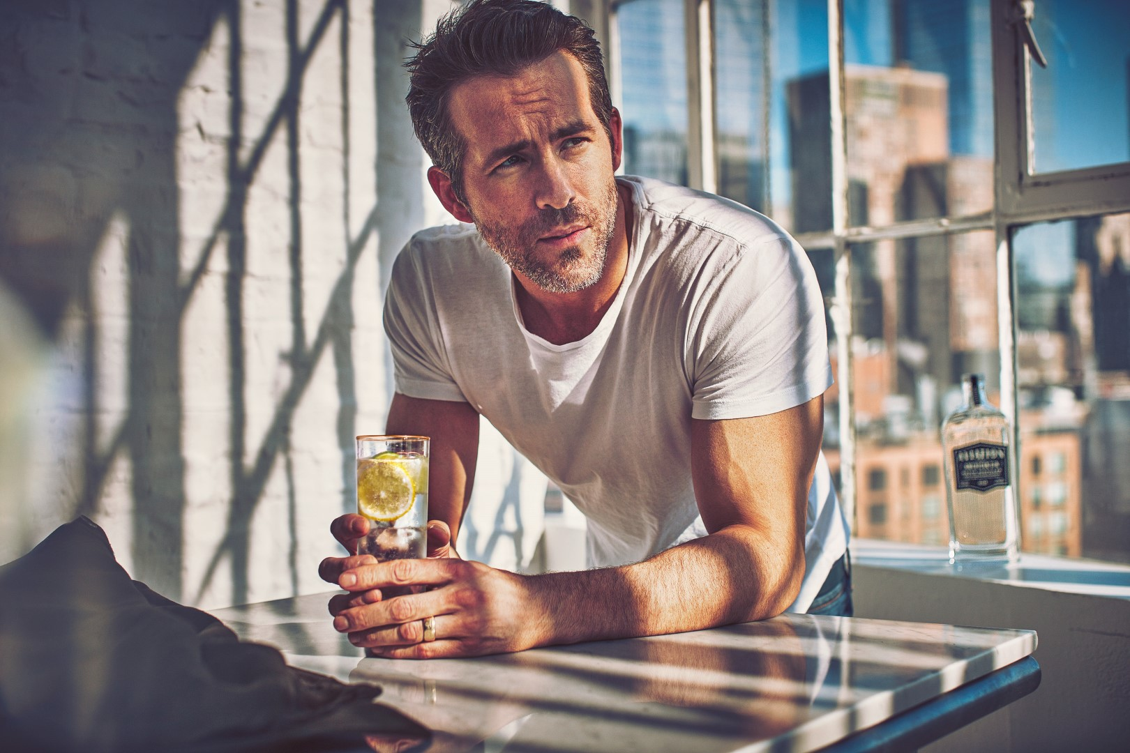 Aviation american gin with lemon ryan reynolds - Ryan Reynolds喝一口就爱上的琴酒:Aviation Gin