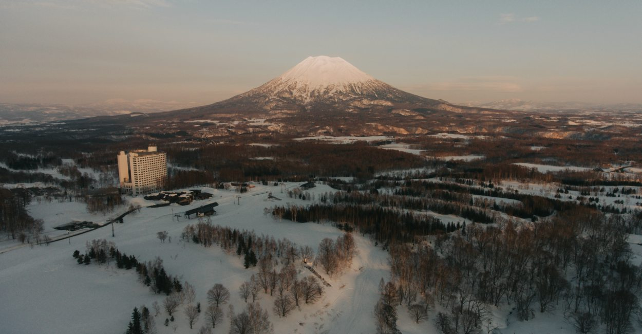 Experience all that Niseko Village has to offer this White Season Cover - Niseko Village 北海道二世古:与世隔绝的滑雪天堂