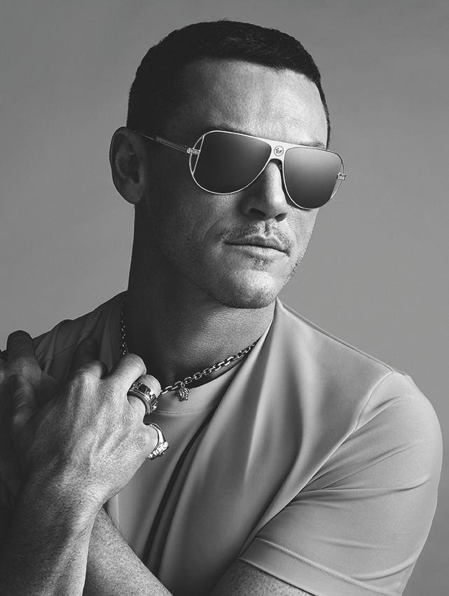 VERSACE EYEWEAR SPECIAL PROJECT WITH LUKE EVANS - 阳刚魅力代表 Luke Evans 首选墨镜
