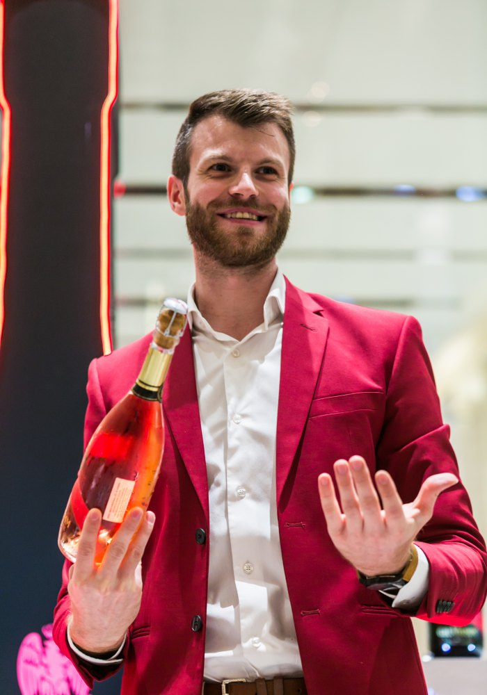 JB Gourvil holding the new Mumm Cordon Rosé - 披上荣誉绶带的 G.H. Mumm 香槟