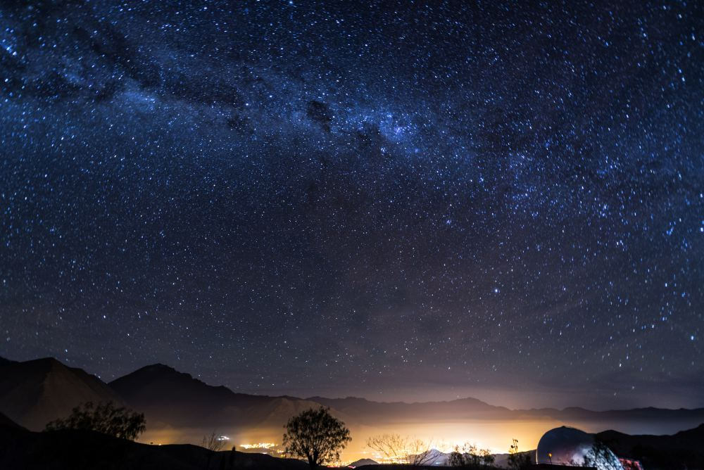 Jesse Kraft Stars and the Milky Way in the night sky over the Elqui Valley - 太空旅游作家 Valerie Stimac,邀你探索世界最美的夜空