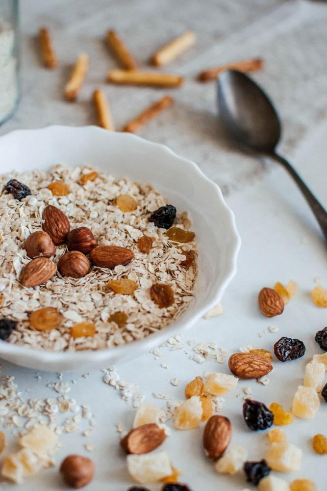 "how to control sugar intake oat Photo by Margarita Zueva on Unsplash - 糖份无处不在;究竟如何才能正确""控糖""?"