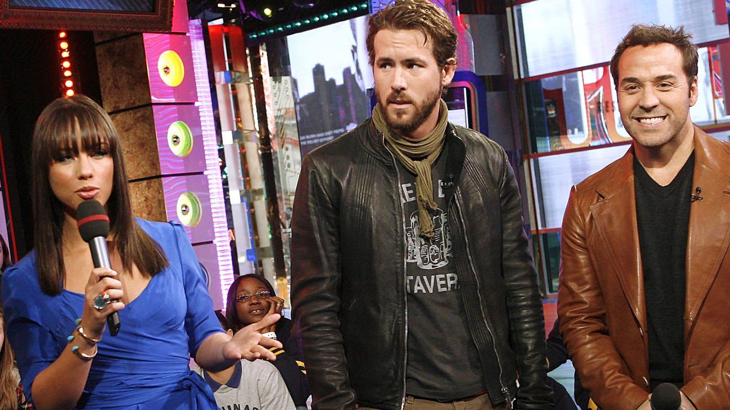 Ryan Reynolds Zukey Lake Tavern t shirt - 一件T-Shirt穿18年!Ryan Reynolds 最爱的时尚单品