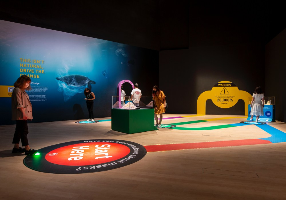 Interactive Space at Planet or Plastic Image credit to Marina Bay Sands - 唤醒全球塑料废物危机意识: Planet or Plastic? 摄影展