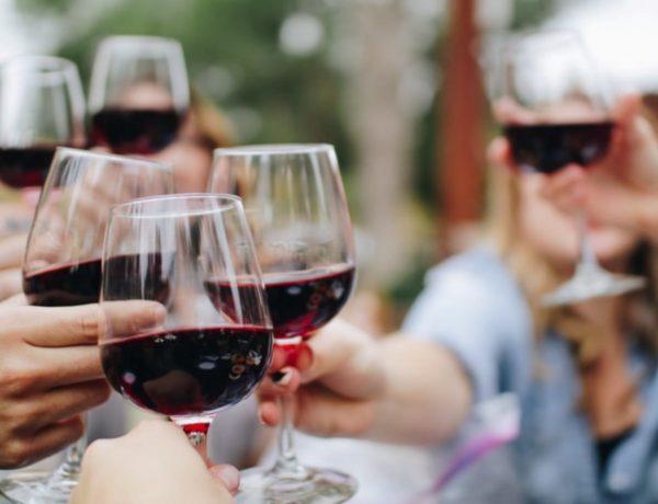 "crowd drinking 600x460 - 红酒中的""异类""—— Port Wine 入门指南"