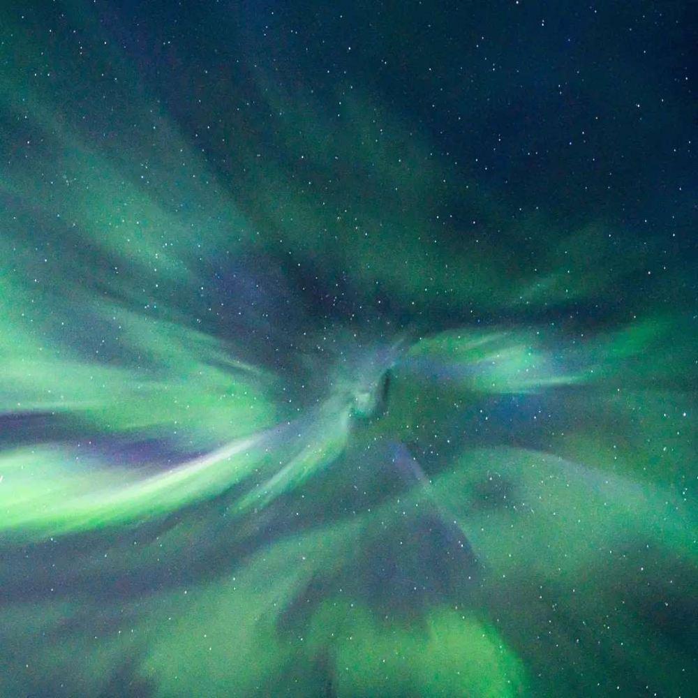 greenish blue aurora borealis emanating from a centre - 带上你最爱的人到芬兰Rovaniemi看浪漫的北极光!